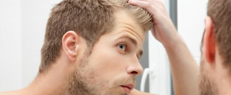 Saçlarını kontrol eden adam